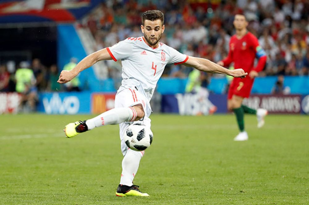 Защитник испанцев Начо выводит свою команду вперёд.