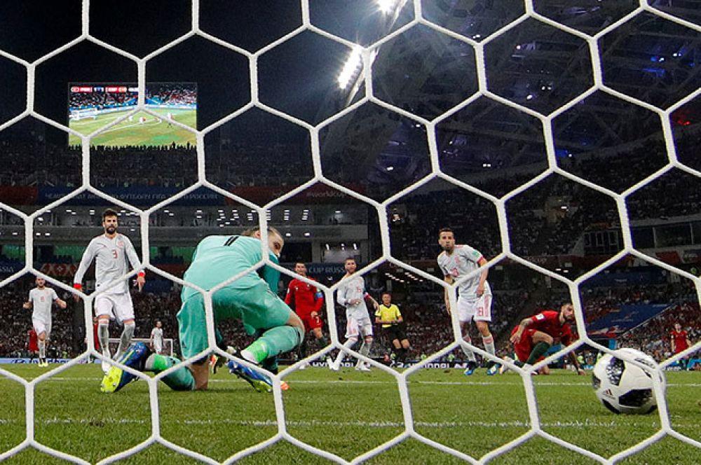 Вратарь сборной Испании Давид де Хеа пропускает второй мяч.