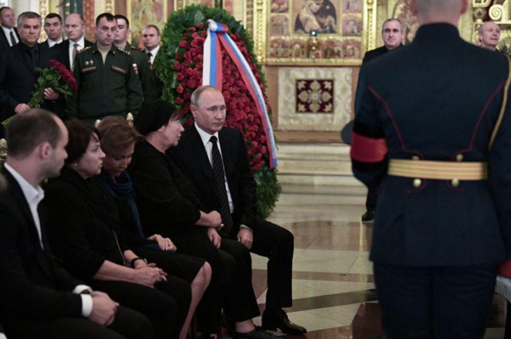 Президент РФВладимир Путин ивдова С.Говорухина Галина нацеремонии прощания.