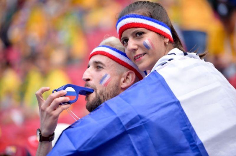 Фанаты сборной Франции со свитком, украшенным российским триколором.