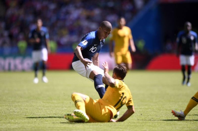 Австралийцы навязали французам жесткую игру.
