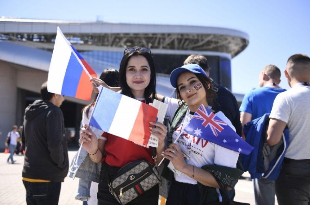 Болельщицы Франции (слева) и Австралии (справа).