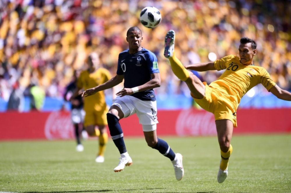 Австралийцы хоть и не создавали острых моментов у ворот соперника, устроили французам жесткий прессинг.