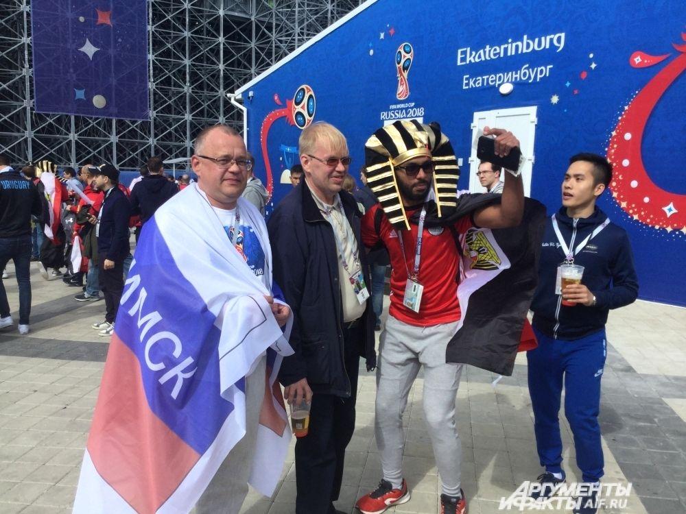 На стадионе и трибунах царила мирная атмосфера и дружба народов.