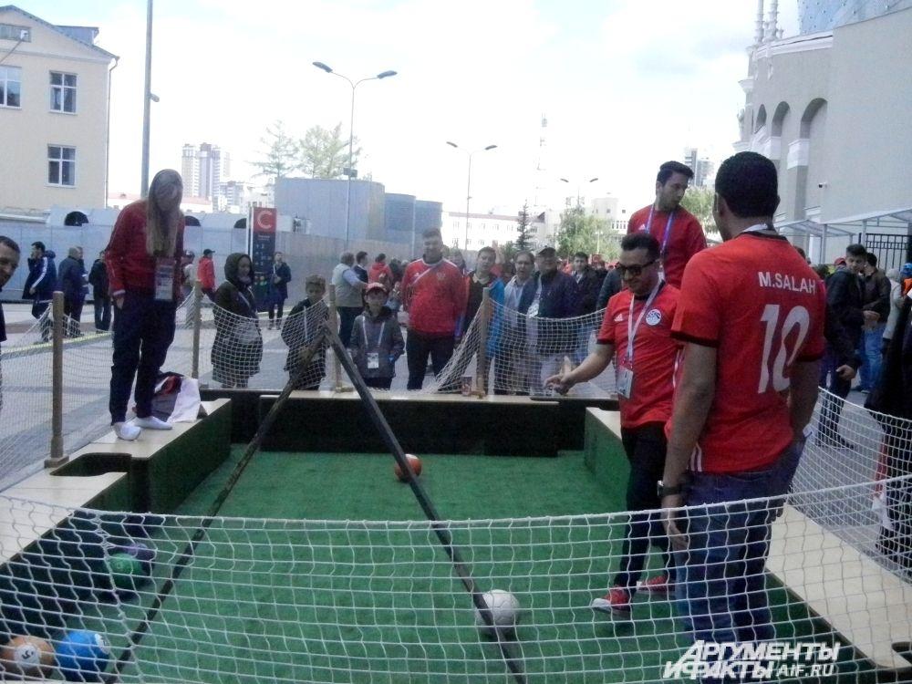 Египетские болельщики играют в снукбол.