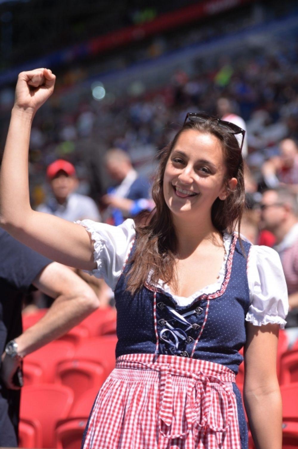 Болельщица в традиционном французском наряде.