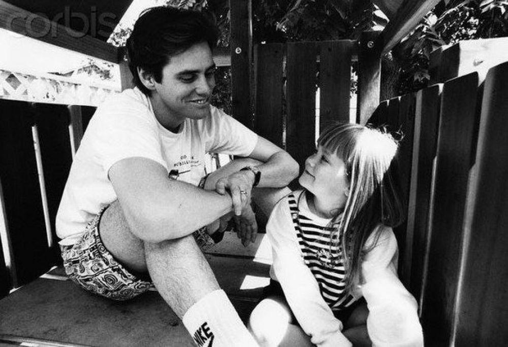 """Джим Керри - актер-легенда, комик, чьи """"приемы"""" уже стали классикой кинематографа. Несмотря на многочисленные браки, у актера есть лишь одна дочь - Джейн, которую он с самого детства старался оберегать от """"собственной славы"""". Этот снимок 1991 года был опубликован в Peоple, здесь его дочери 4 года. Сейчас Джейн уже сама стала мамой и воспитывает сына Джейсона."""