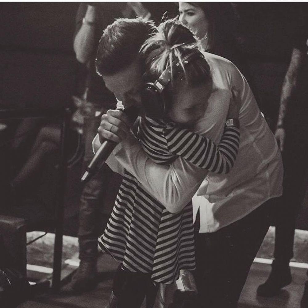 """Солист группы O'Torvald буквально души не чает в своей дочери Еве - девочка часто приходит на концерты к папе, да и поклонники отмечают, что этот ребенок - полная копия отца. В 2017 году, накануне Евровидения-2017, Женя Галич стал отцом во второй раз - его супруга Лера подарила ему сына, которого назвали Даниилом. О своей жене Женя Галич рассказал в песне """"Нас двоє""""."""