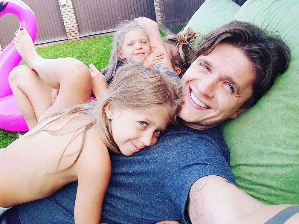 Анатолий Анатолич постоянно радует своих поклонников новыми теплыми и семейными снимками. Причем, Анатолич - из тех пап, которые берут своих детей с собой практически на любые мероприятия.