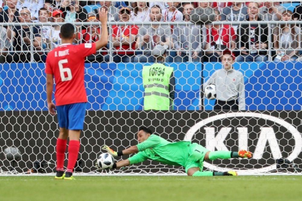 Вратарь сборной Коста-Рики Кейлор Навас спасает команду.