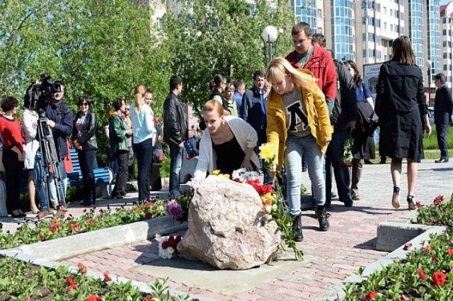 Монумент памяти установили в Салехарде в конце октября 2015 года, но прежде поставили камень, к которому горожане приносили цветы