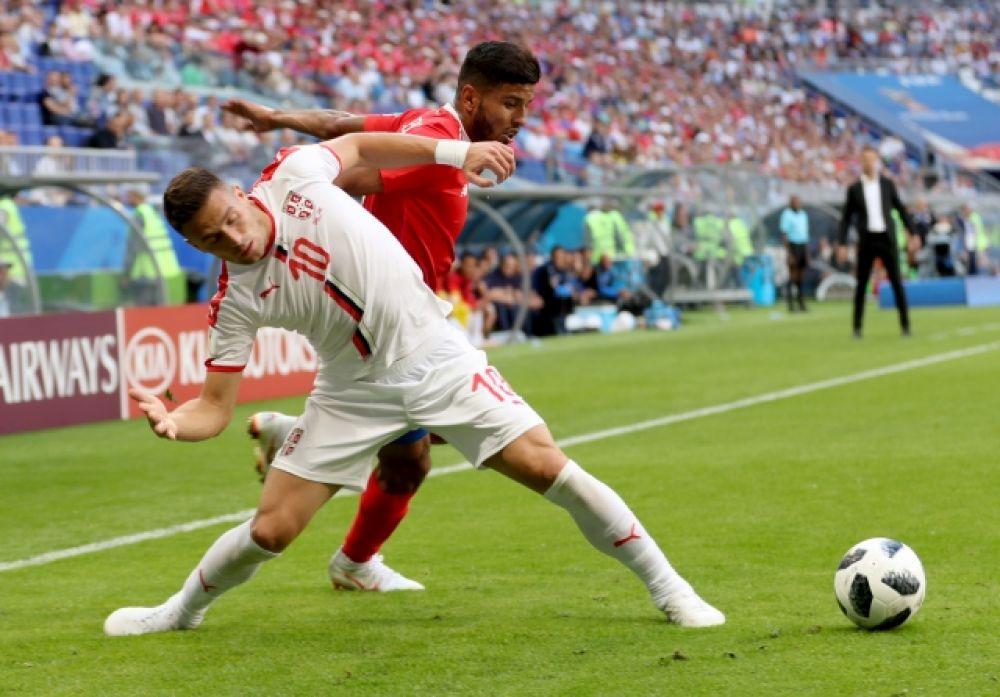 Душан Тадич в борьбе за мяч.