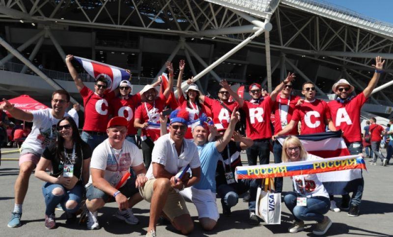 Фанаты сборной Коста-Рики и примкнувшие к ним россияне перед стадионом.