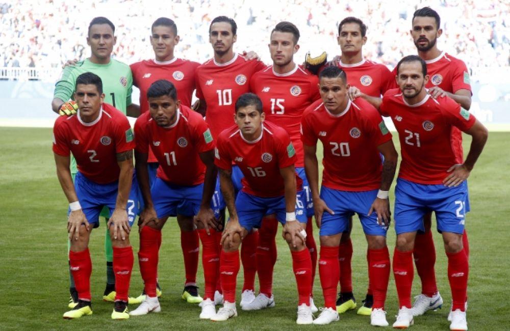 Игроки сборной Коста-Рики позируют для группового фото перед стартом матча.