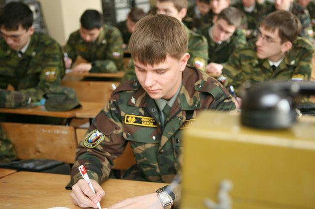 Студенты во время занятий на военной кафедре.