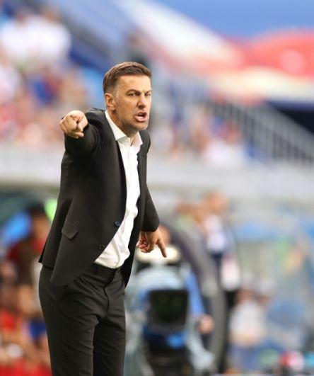 Главный тренер сербов эмоционально делает подсказки своей команде.