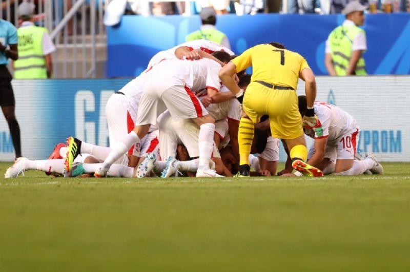 Игроки сборной Сербии празднуют забитый мяч.