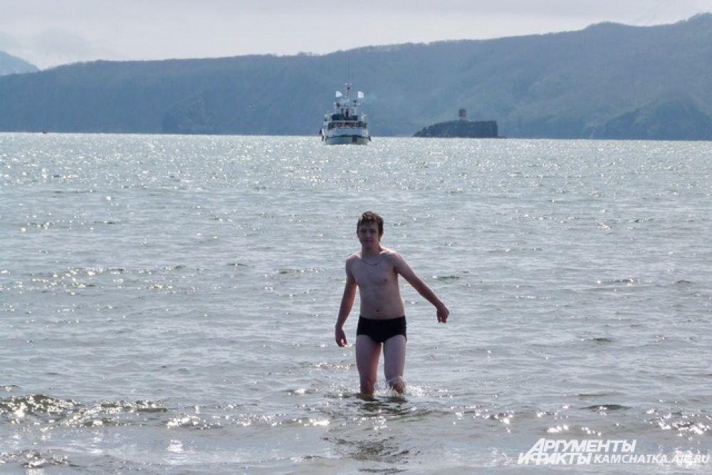 Некоторые гости фестиваля не побоялись искупаться в ледяной воде.