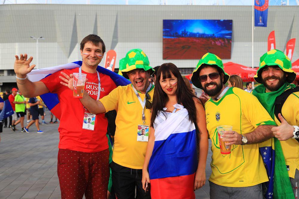 Представители разных стран собирались в группы, чтобы сделать селфи.