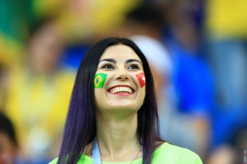 На матче было множество фанаток-женщин.