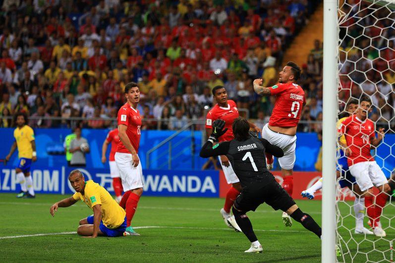 Вот острый момент у ворот Бразилии.