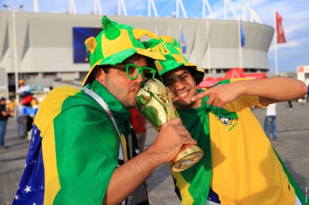 Бразильские фанаты настолько уверены в победе своей сборной, что пришли на мачт уже с кубком - сувенирным.