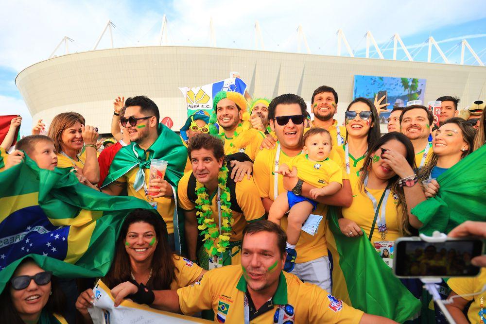 Невероятно, на даже семьи с такими малышами прибыли с другого континента, поддержать национальную сборную.
