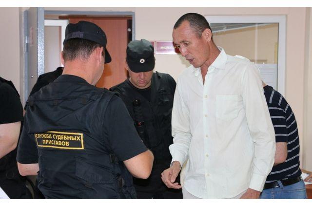 Нелегальных граждан наказывают штрафом в размере от 2 до 5 тысяч рублей и депортацией.