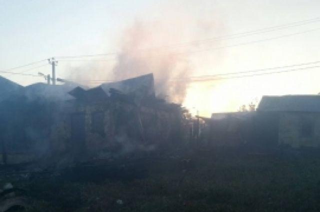 В Оренбургском районе 34 пожарных 3 часа тушили дом, есть пострадавшие.