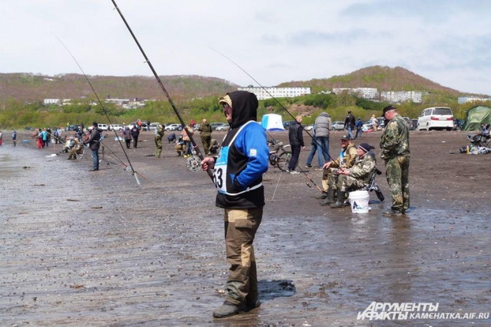 56 рыбаков-любителей боролись за победу на берегу.