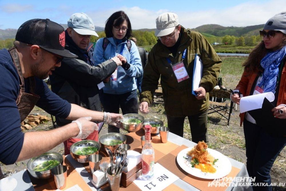 Попробовать шедевры кулинарного искусства смогли не только члены жюри, но и болельщики.