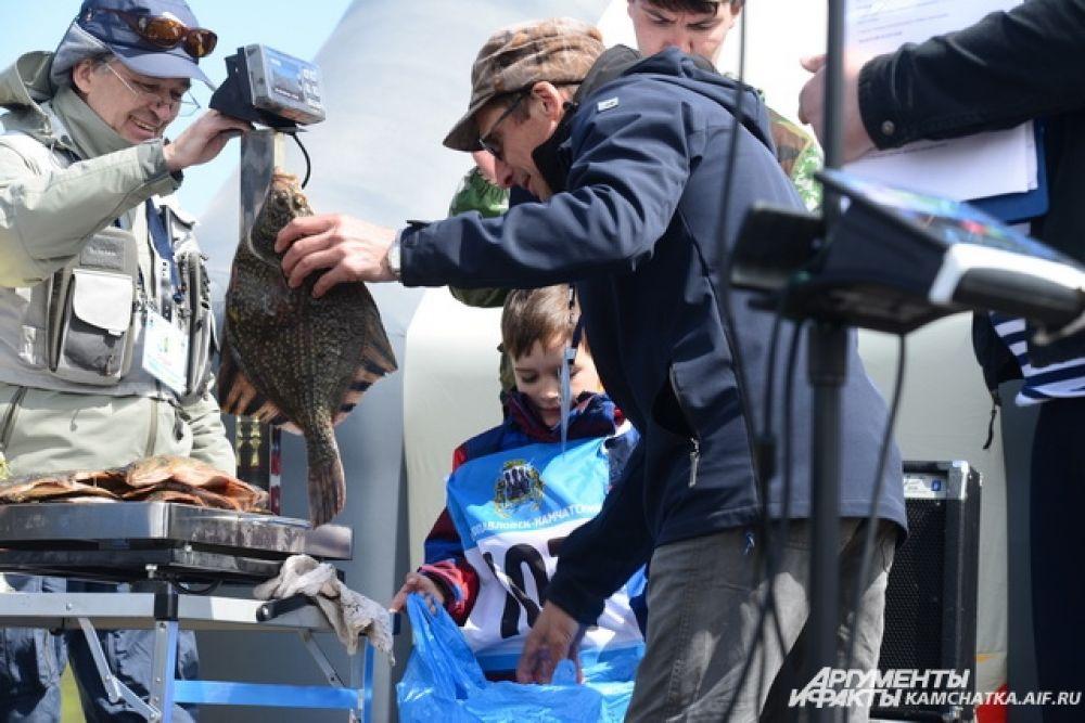 6-летний Макар поймал с катера 14 камбал общим весом более 5 кг.