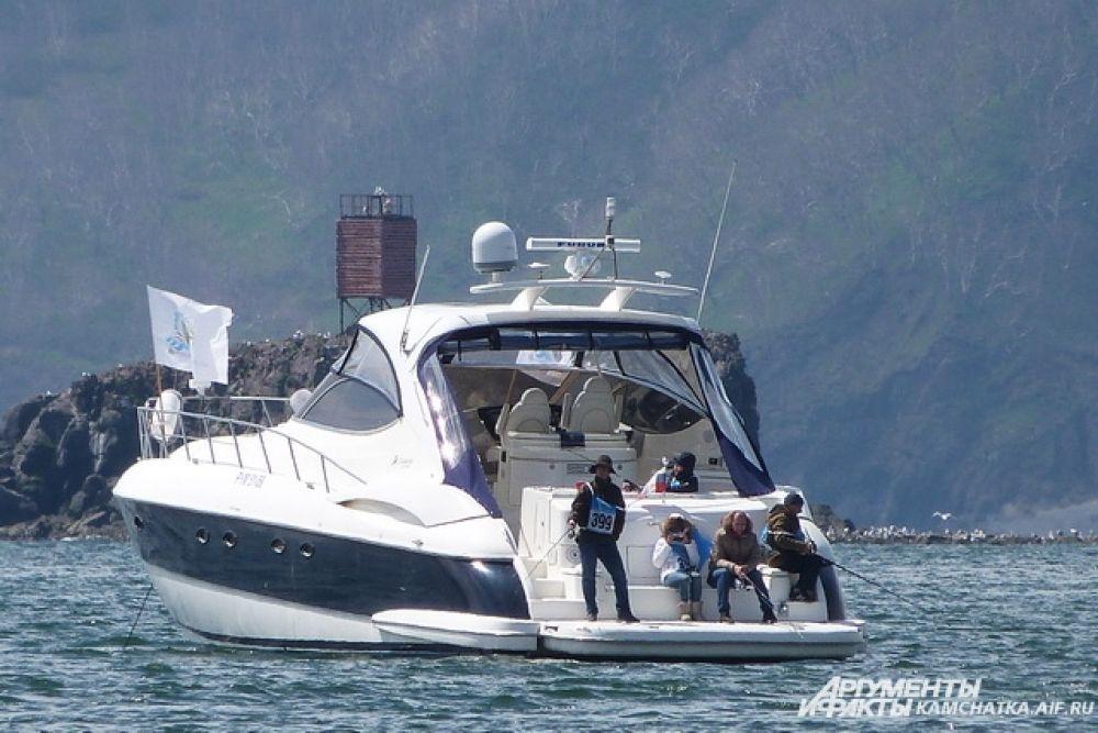 Около 30 человек рыбачили с катера и надувных лодок.