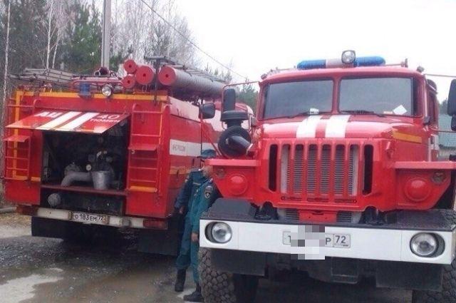В Тюмени семь машин МЧС тушили пожар на улице Астраханской