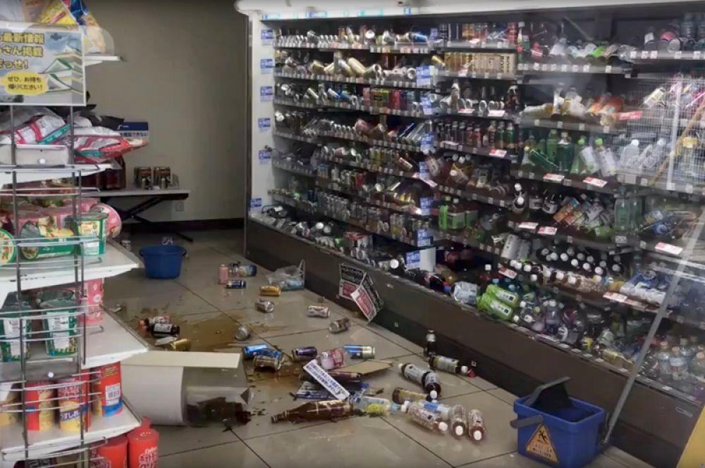 Магазин после землетрясения в Осаке.