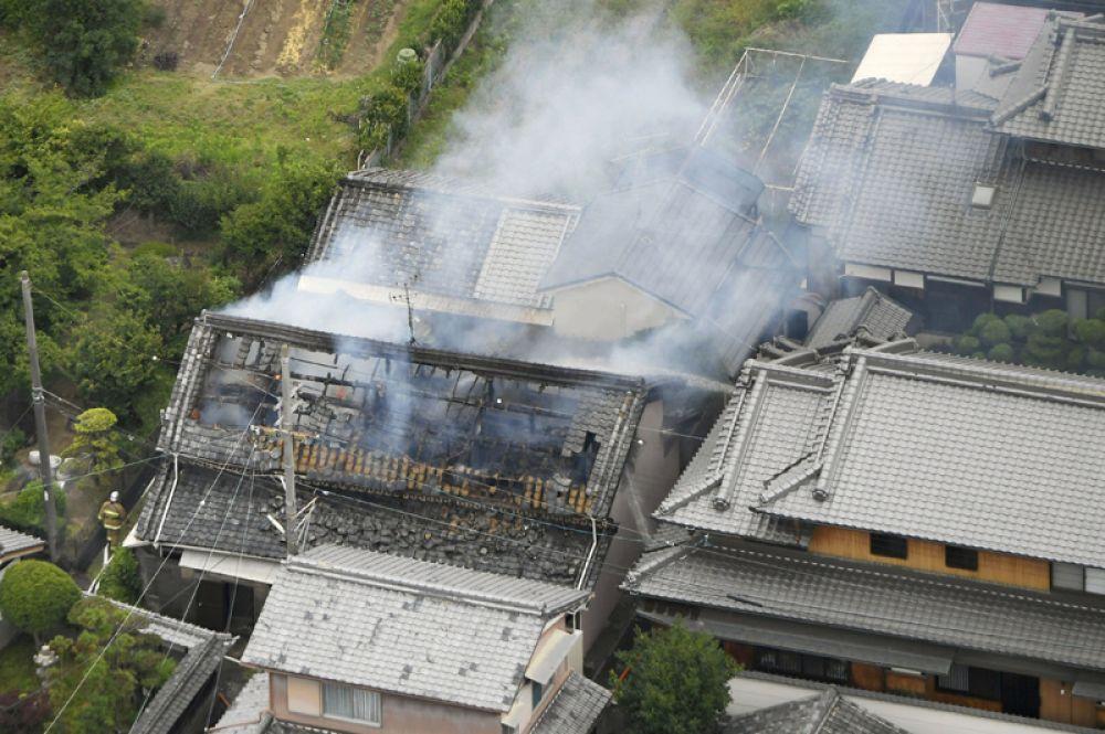 Загоревшийся в результате землетрясения дом в Такацуки.
