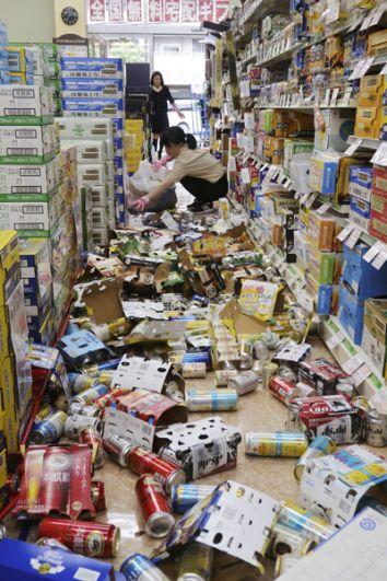 Сотрудники магазина в Хираката наводят порядок на полках с продуктами.