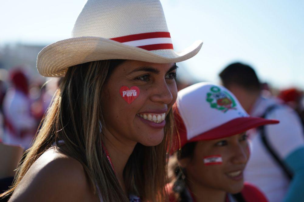 Болельщицы сборной Перу перед началом матча между сборными Перу и Дании.