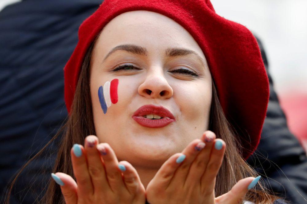 Французская болельщица пред матчем с Австралией на стадионе «Казань Арена».