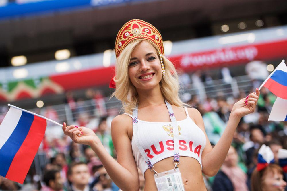 Болельщица сборной России перед матчем между сборными России и Саудовской Аравии.