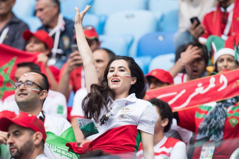 Иранская болельщица на трибуне во время матча Марокко - Иран в Санкт-Петербурге.