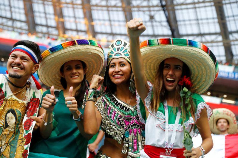 Мексиканские болельщицы после матча с Германией на стадионе «Лужники» в Москве.