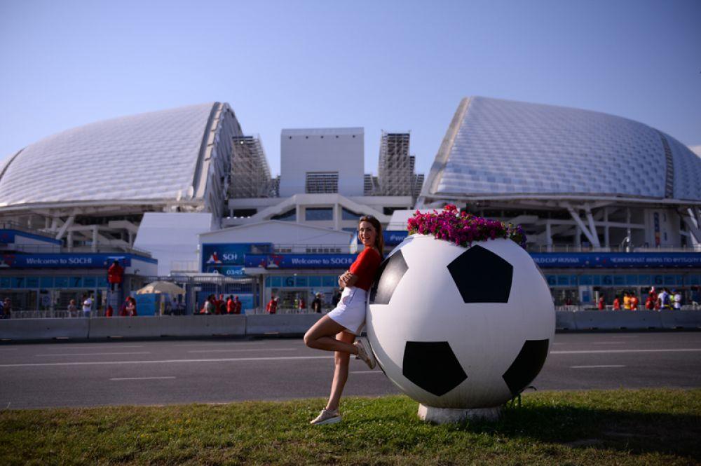 Болельщица у стадиона «Фишт» в Олимпийском парке перед матчем между сборными Португалии и Испании.