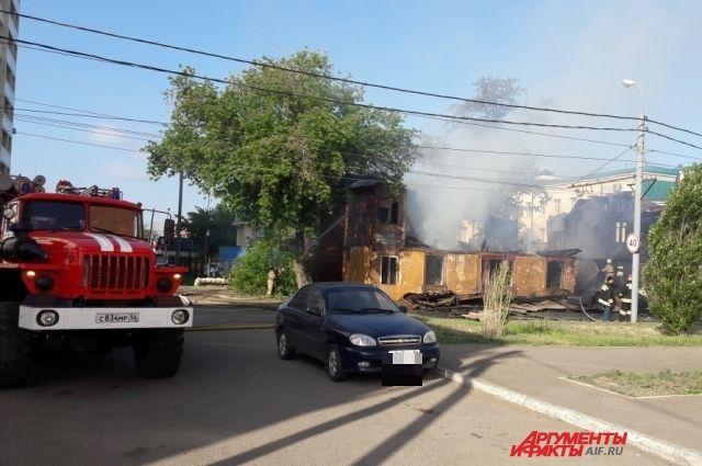В Оренбурге во время пожара рухнул расселенный дом на Карагандинской.