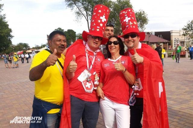 Фанаты в красном и желто-зеленом мирно уживались не только на стадионе, но и в уличный барах и ресторанах.