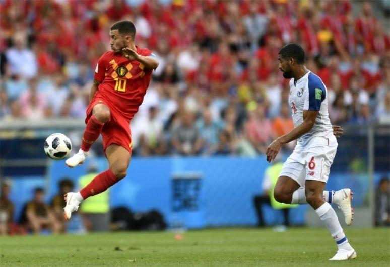Эден Азар, капитан сборной Бельгии, в прыжке.