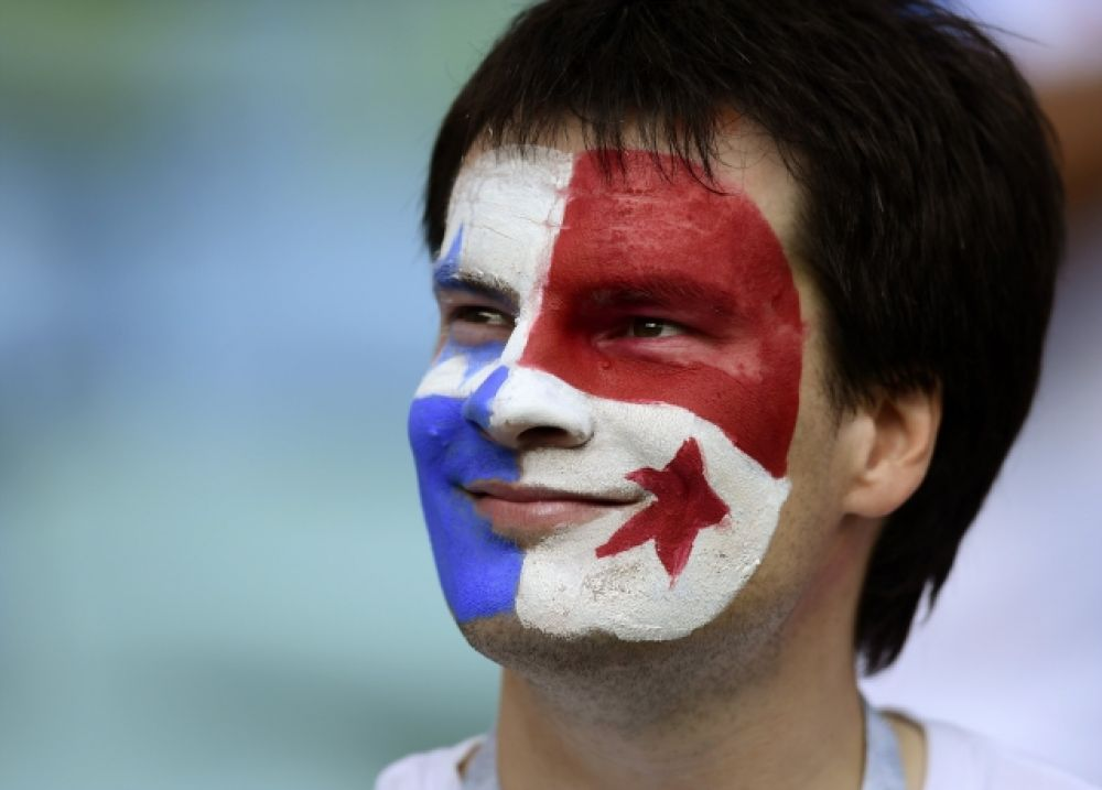 Болельщик Панамы с флагом своей страны на лице.