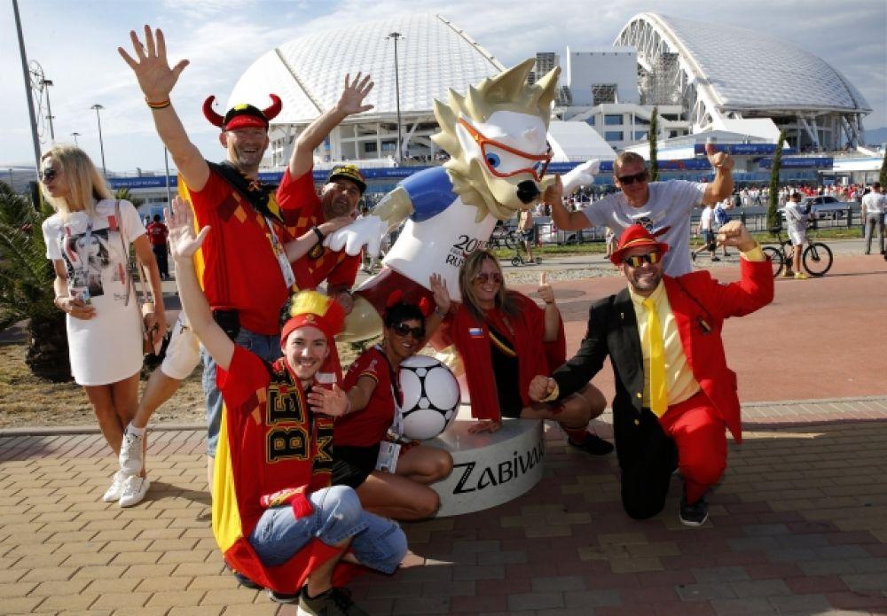 Бельгийские болельщики у фигуры талисмана турнира - Забиваки - перед стадионом «Фишт».