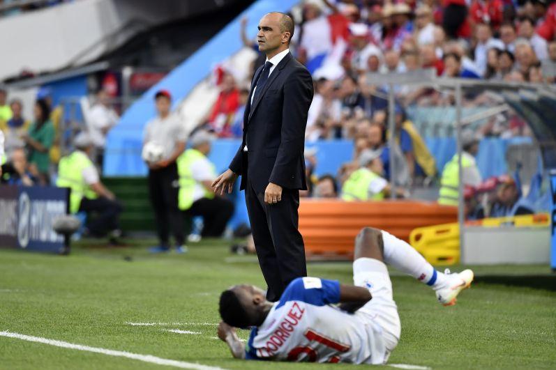 Игрок сборной Панамы Хосе Луис Родригес - буквально у ног тренера бельгийцев Роберто Мартинеса.