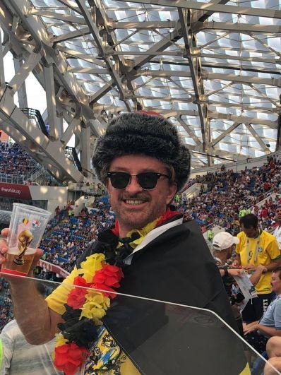 Фанат сборной Бельгии с гирляндой в цветах национального флага.